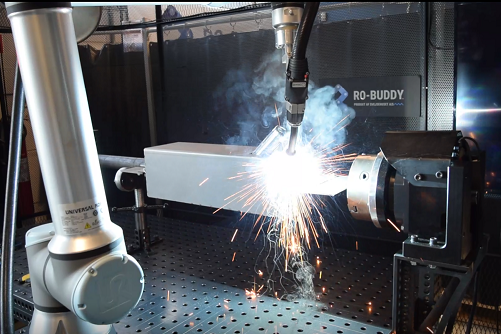 Robotsvejser der svejser element på drejebord