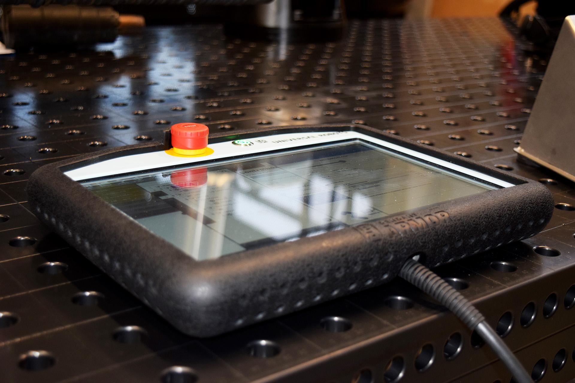 RBCobot URCap software på teach pendant med beskyttende cover fra toppen